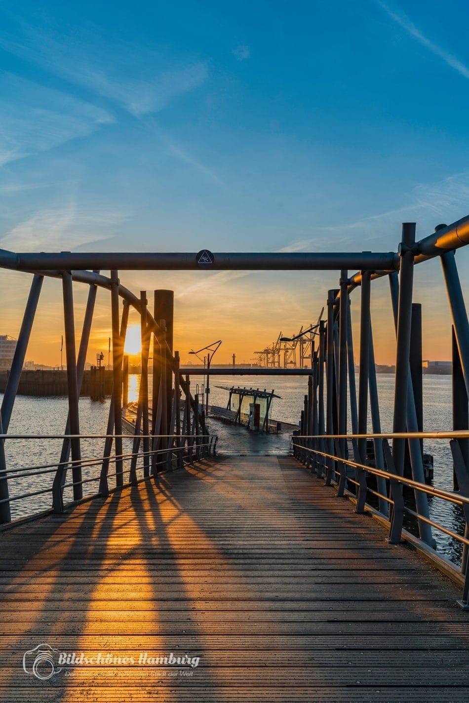 Hamburg Bild Anleger Elbphilharmonie beim Sonnenaufgang