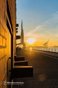 Hamburg Bild Sonnenaufgang hinter der Elbphilharmonie mit Blick in den Hamburger Hafen