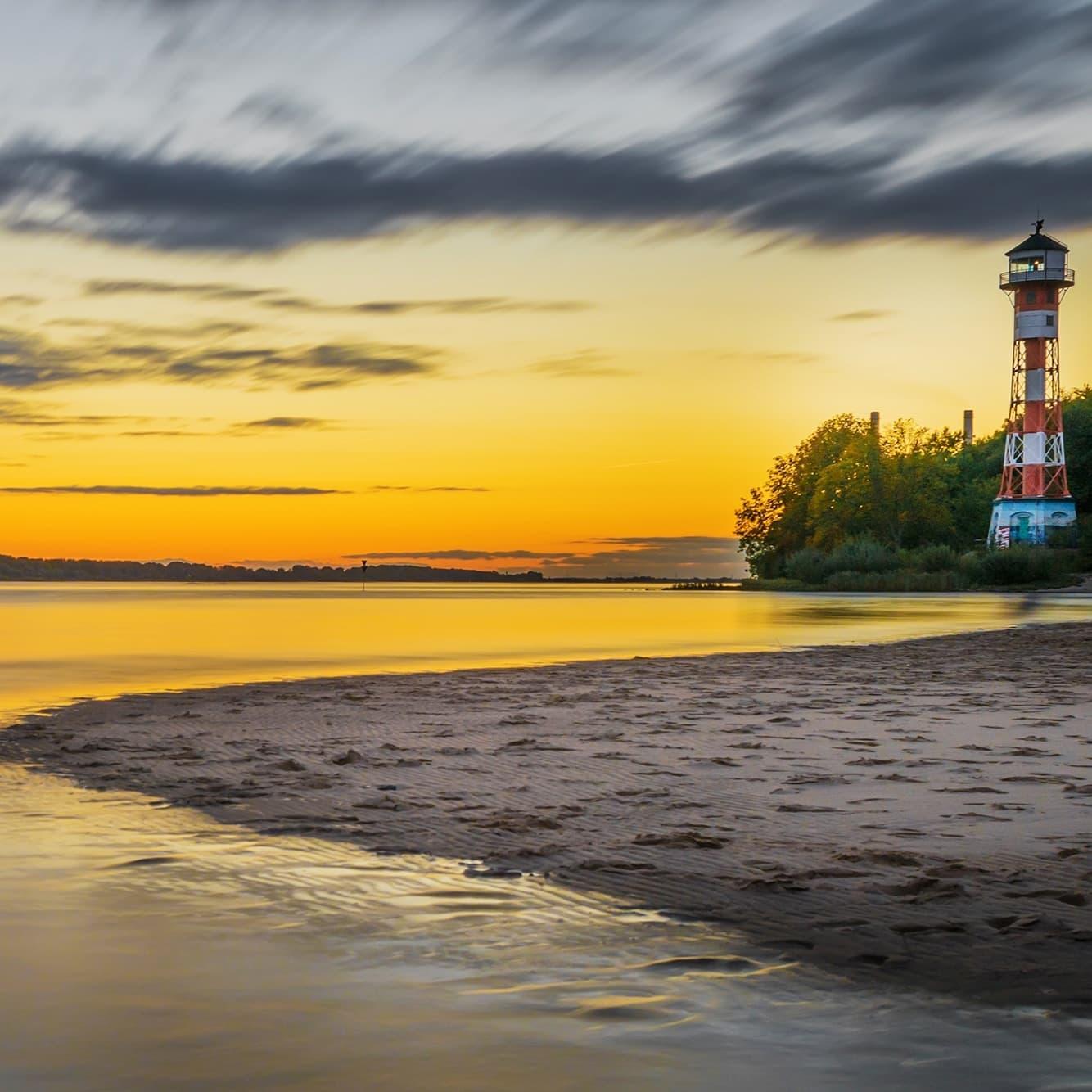Hamburg-Bild-An-der-Elbe-Elbstrand-Sonnenuntergang-Wittenbergen-Kategoriebild