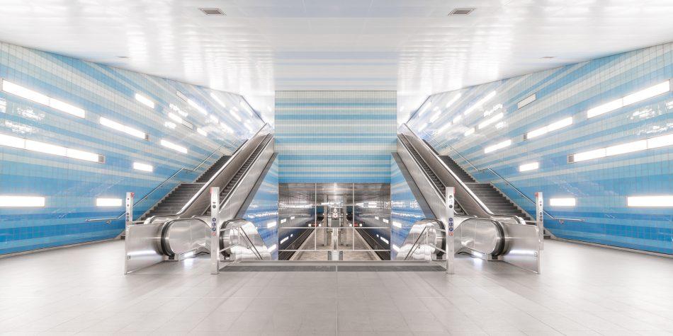 Das Foto zeigt die Rolltreppen im U-Bahnhof Überseequartier mit toller Lichtspiegelung.