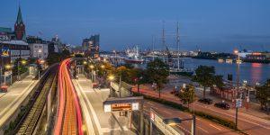 Dieses Hamburg Foto zeigt den Bahnhof Landungsbrücken abends mit der ausfahrenden U-Bahn U3